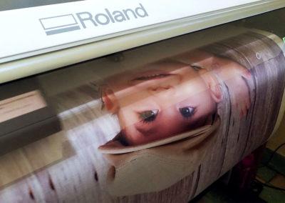 Grandes formatos: plotter de gigantografía en pleno proceso de impresión